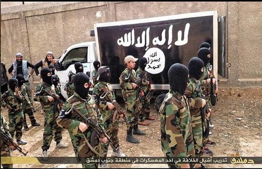 Các học viên trẻ xếp hàng tập trận quân sự. Ảnh: Daily Mail