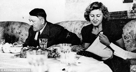 Adolf Hitler dùng bữa với vợ là Eva Braun. Ảnh: AP