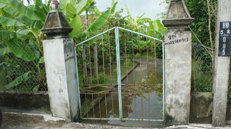 Chất hoang tàn thể hiện ngay từ lối vào vũng nước tù túng
