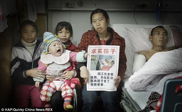 Chị Qiong và các con bên cạnh người chồng trên giường bệnh