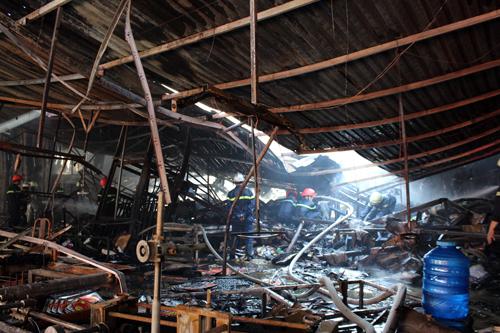 Nhà xưởng bị sập đổ sau vụ hỏa hoạn. Ảnh: An Nhơn