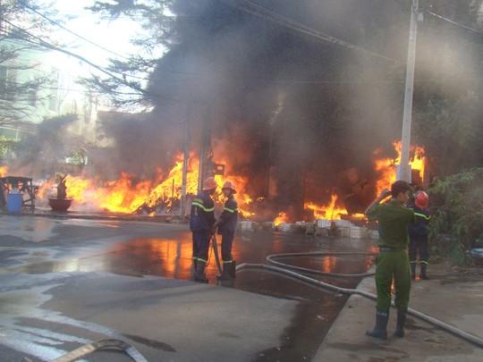 Khói lửa bốc ngút trời sát ký túc xá khiến nhiều sinh viên hoảng loạn