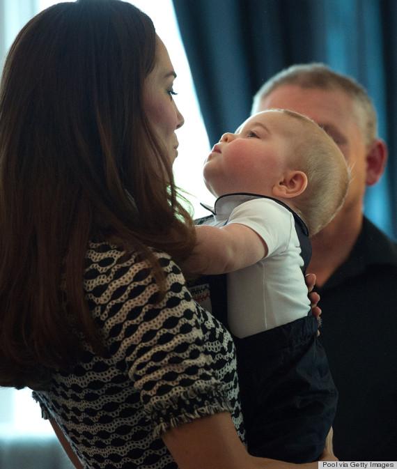 Hoàng tử George có những cử chỉ rất đáng yêu cùng mẹ. Ảnh: Getty Images