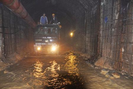 Nước trong hầm đang liên tục dâng lên. (Ảnh: Người lao động)