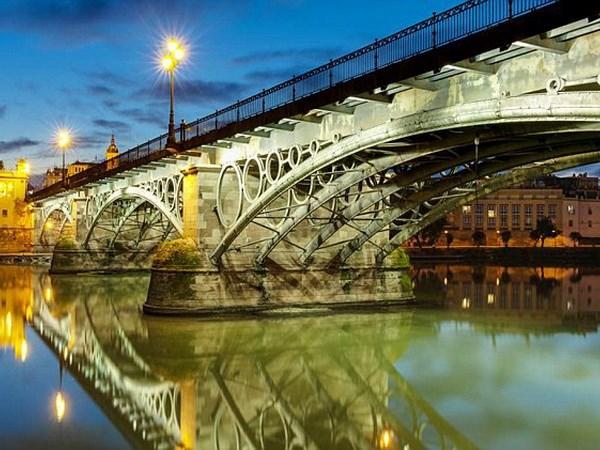 Cây cầu Puente de Triana. Nguồn: DM