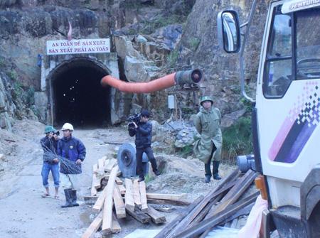 """Khoan lắp đường hầm """"đặc biệt"""" mở lối thoát cho 12 nạn nhân mắc kẹt"""