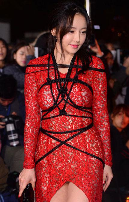 Bộ váy khác người đã giúp Han Seh Ah trở thành tâm điểm.