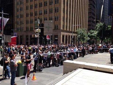 Đám đông tập trung gần nơi vụ bắt giữ con tin đang xảy ra.