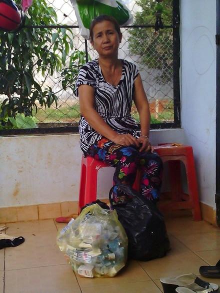 Bà Tuyền bên đống thuốc giúp em trai thoát chết.