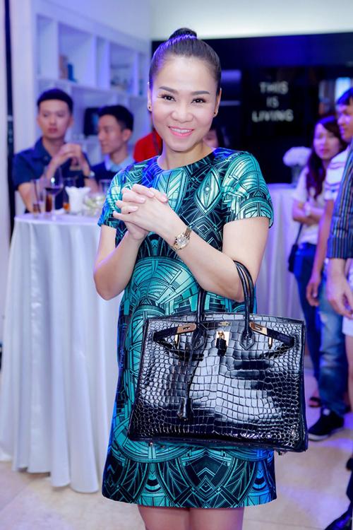 Túi xách hàng hiệu trên chất liệu da cá sấu cao cấp là món quà mà nữ ca sĩ Thu Minh được ông xã tặng.