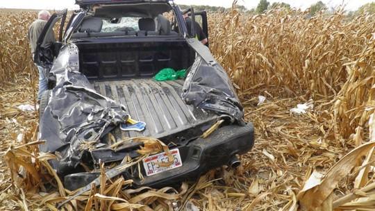 Chiếc xe tải chở 4 người gặp nạn. Ảnh: AP