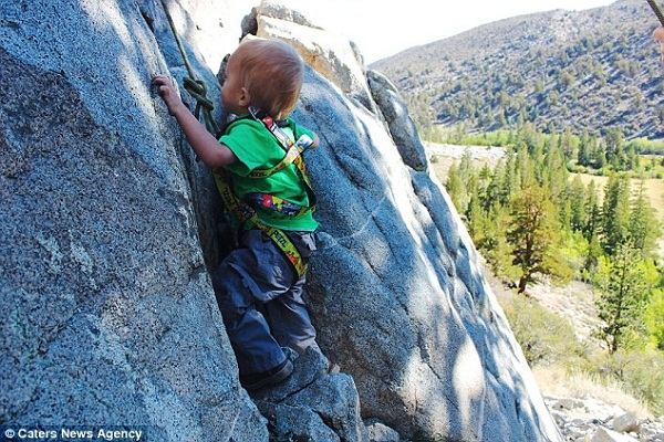 Cậu bé 2 tuổi đi bộ hơn... 400 nghìn cây số