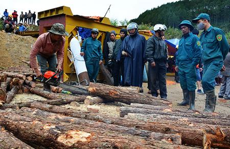 Khẩn trương đưa gỗ vào dựng hầm chữ A theo phương án cứu hộ mới. (Ảnh: Báo Lâm Đồng)