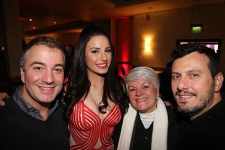 Hoa hậu Brazil hạnh phúc khi có những người bạn trong tổ chức Hoa hậu Brazil tới dự tiệc cùng mình.