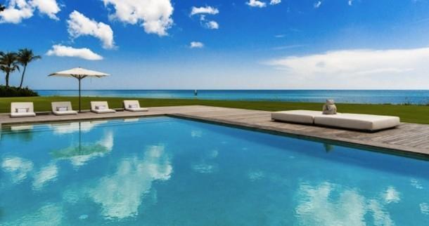 Một hồ bơi nằm phía bên bờ Đại Tây Dương, hướng ra biển, có khu nghỉ ngơi và tắm nắng