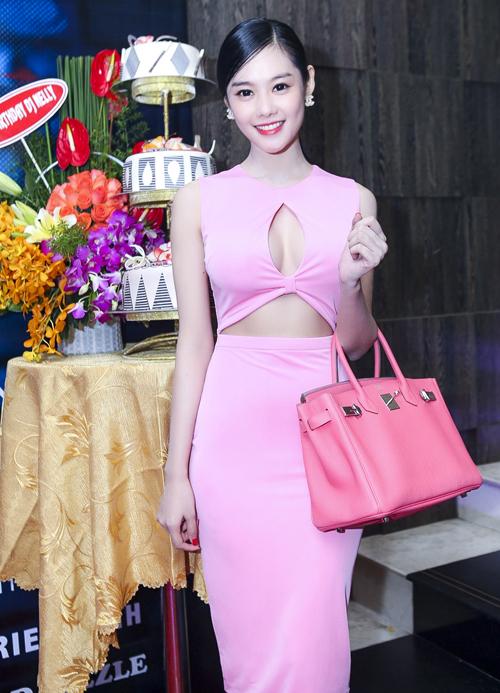 Á khôi Miss Ngôi sao cũng sắm cho mình một chiếc túi Hermes Brikin trên chất liệu da hồng đầy nữ tính để chưng diện mỗi khi xuất hiện tại các sự kiện.