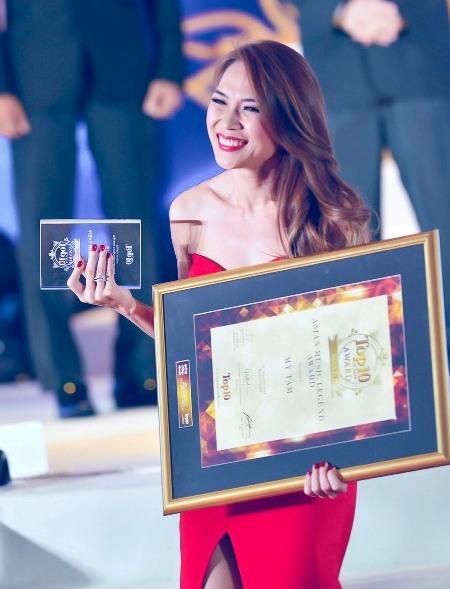 Nữ ca sĩ hạnh phúc khi cầm trên tay danh hiệu quý giá