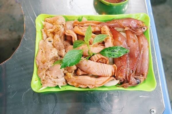 Ngày lạnh xuýt xoa ăn đồ nướng thơm lừng ở 468 phố Xã Đàn 5