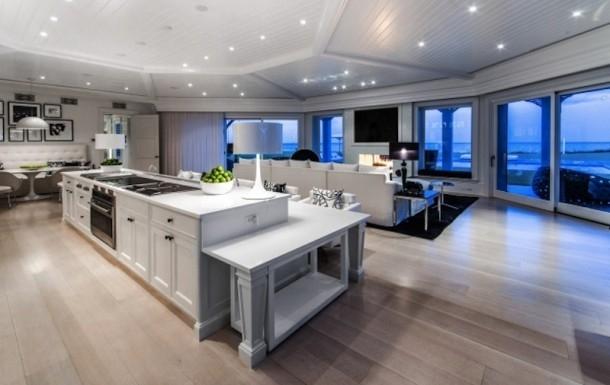 Phòng bếp rộng lớn với tông màu trắng chủ đạo
