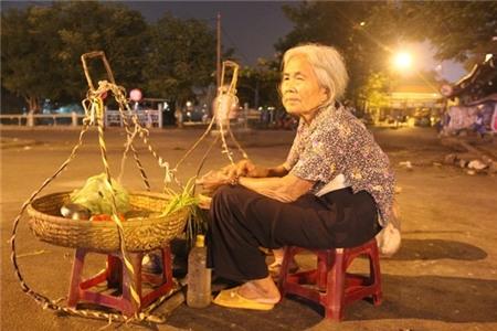 Cuộc đời buồn của cụ bà 82 tuổi gánh hàng mưu sinh trong đêm 6