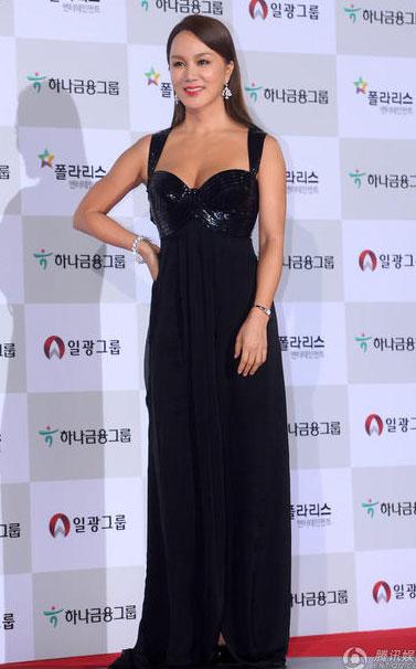 Ngôi sao U50 Uhm Jung Hwa gợi cảm vừa đủ với gam màu đen ấn tượng.