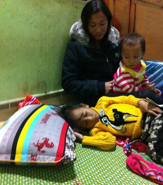Chị Hương không khỏi lo lắng cho những ngày tháng của con không có tiền chữa bệnh