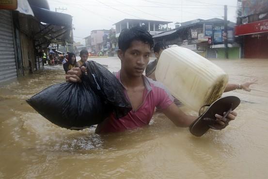 Ngườidân ở đây đã phải làm mọi cách để có thể chống chọi vớinước lũ sau khi mưa lớn gây ra bởi cơn bão nhiệt đới Fung-Wong làm thủ đôManila chìm trong biển nước.