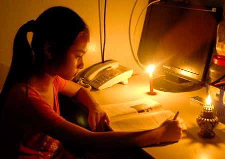 Cuộc sống người dân bị đảo lộn trong cuối giờ chiều ngày hôm nay (12/11) do mất điện đột ngột ở một số khu vực nội thành Hà Nội.
