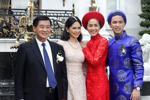 Ngọc nữ rạng rỡ bên gia đình chồng trong ngày cưới