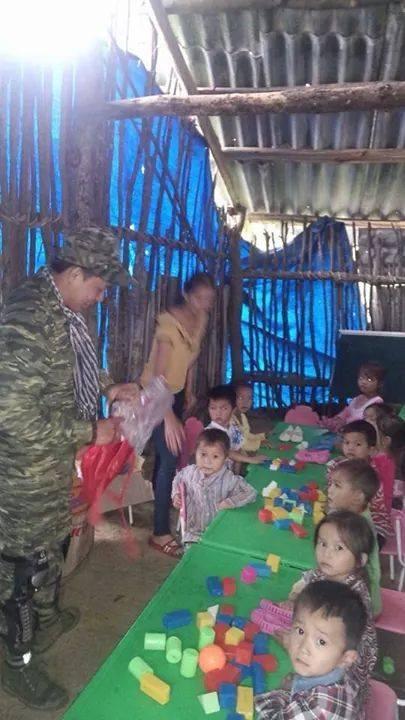 Quà từ thiện đến với các em ở Lũng Cà, Thái Nguyên.