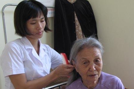 Nhân viên CTXH chăm sóc cho người già neo đơn tại Trung tâm Xã hội 3, Hà Nội. Ảnh: H.Nguyên