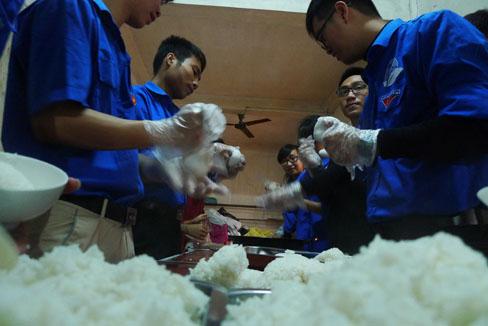 """Những suất cơm từ tay các bạn sinh viên nhóm """"cơm tình nguyện 208"""" .Ảnh: H.Phương"""