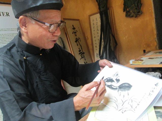 Cụ đồ Nguyễn Bá Dần mỗi bức tranh là một thông điệp về quê hương Việt Nam. Ảnh: Hà Phương