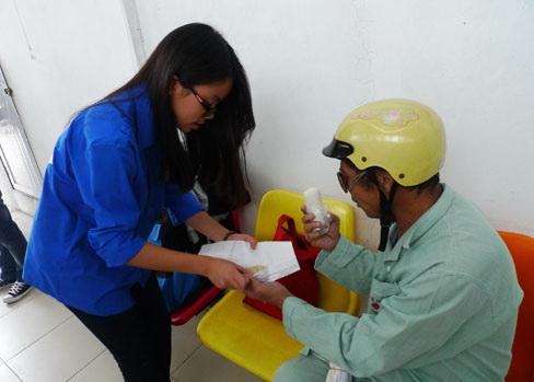 Cơm được phát miễn phí cho bệnh nhân Bệnh viện Thận Hà Nội.