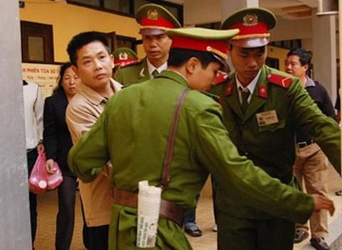 Nguyễn Thế Đô dáo dác đưa ánh mắt nhìn người thân trước khi bị áp giải về trại giam