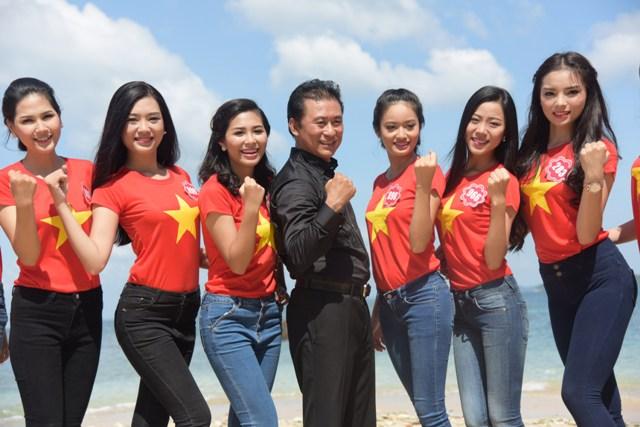NSƯT Tạ Minh Tâm cùng các thí sinh Hoa Hậu VN cùng đồng ca bài Tổ quốc gọi tên mình