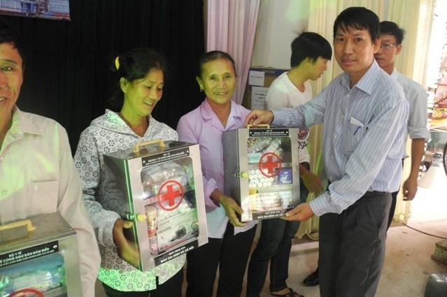 Ông Nguyễn Viết Minh - Trưởng phòng Trị sự - Báo Gia đình và Xã hội trao tặng tủ thuốc cho ngư dân xã Thạch Kim.