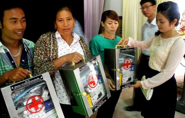Bà Phạm Thị Thu Ngọc - đại diện Quỹ Vòng tay nhân ái (Báo Gia đình và Xã hội) trao tủ thuốc cho ngư dân