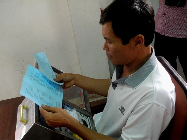 Chủ tàu cáNgô Văn Linh chăm chú đọc tờ hướng dẫn sử dụng tủ thuốc y tế. Ông là 1 trong 30 tàu cá xã Thạch Kim được trao tặngtủ thuốc lần này.
