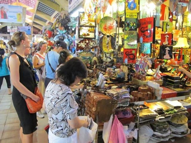 Du khách Việt tại một TT mua sắm ở Seoul
