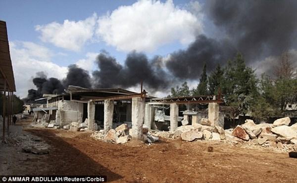 Cảnh đổ nát bên ngoài nhà máy bị bỏ hoang ở Sheikh Najjar