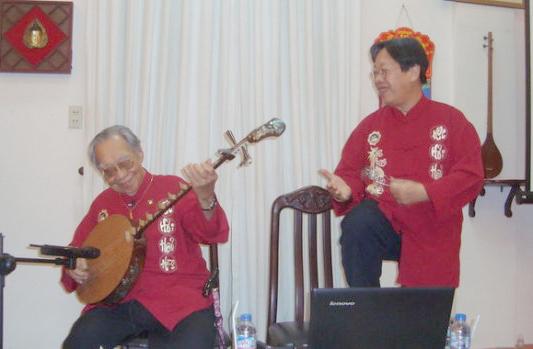 GS Khê hòa chung một bản đàn với con trai Trần Quang Hải