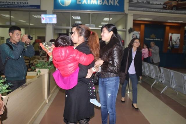 Các hành khách trở về sân bay Vinh sau sự cố.