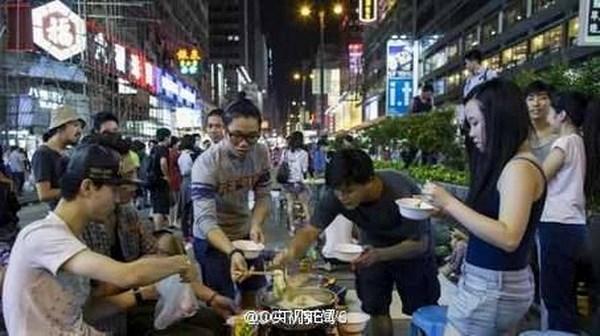 Không chỉ sử dụng giường, bàn bóng bàn, bàn mạt chược để vui chơi và nghỉ ngơi, nhiều người thậm chí còn ăn lẩu ngay giữa đường.