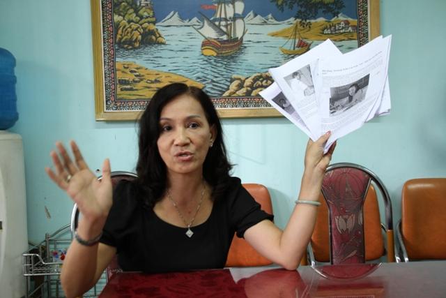 Cô giáo Hồ Thị Thanh Vân cầm trên tay những bài báo còn lưu trên mạng được phụ huynh học sinh in ra, nội dung của những bài báo này nói rõ hành vi vi phạm của cô Vương Thị Vân khi còn làm hiệu trưởng trường tiểu học Trần Cao Vân. Ảnh Đức Hoàng