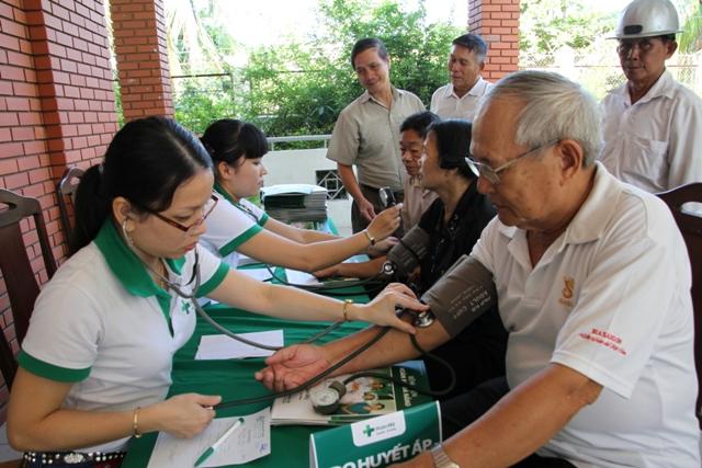 Gần 150 người cao tuổi ở địa bàn quận Thanh Khê được BV Hoàn Mỹ Đà Nẵng khám và cấp phát thuốc miễn phí. Ảnh Đức Hoàng