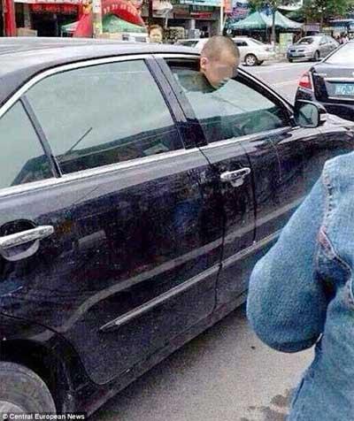 Cậu bé Cheng Shen bị mắc kẹt ở cửa kính ô tô khi mẹ đi mua sắm