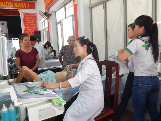 Các bác sỹ BV Hoàn Mỹ Đà Nẵng đang khám bệnh cho người dân hai xã Hòa Phước và Hòa Tiến. Ảnh Đ.H