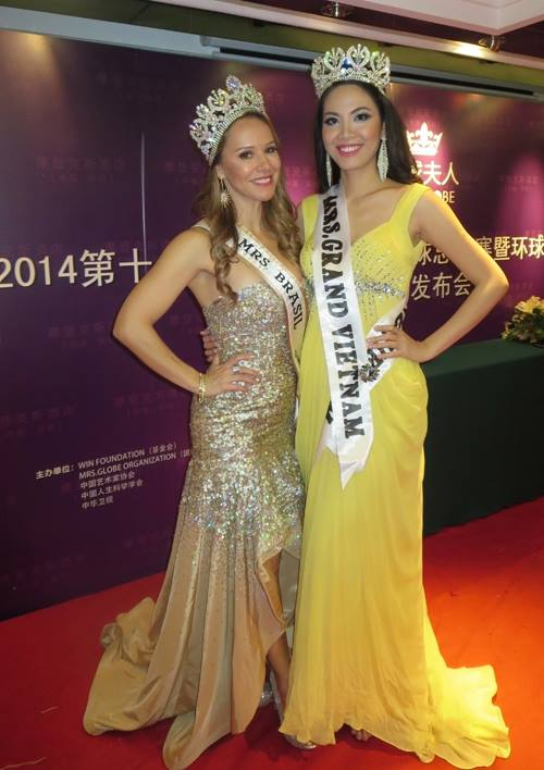 Nguyễn Thị Hà (giữa) xuất sắc giành vị trí Á hậu 1 cuộc thi Hoa hậu Quý bà Toàn cầu (Mrs. Globe) hôm 6/12 tại Trung Quốc