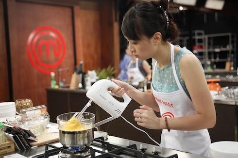 Minh Nhật đang làm món bánh.